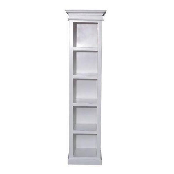 Se bokhylle her - Høy, flott, smal bokhylle i hvitt i klassisk fransk landstil hos Louis & Ludvig